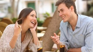 Couple dating and flirting while taking a conversation and looking each other in a restaurant (Foto: Fotolia Antonioguillem)