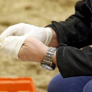 Neben Mundschutzmasken sieht man Immer wieder Menschen, die im Alltag Einmalhandschuhe tragen, um sich vor dem Coronavirus zu schützen (Foto: Imago, Frank Sorge)