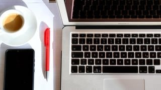 Smartphone Kugelschreiber und Laptop (Foto: dpa / picture-alliance)