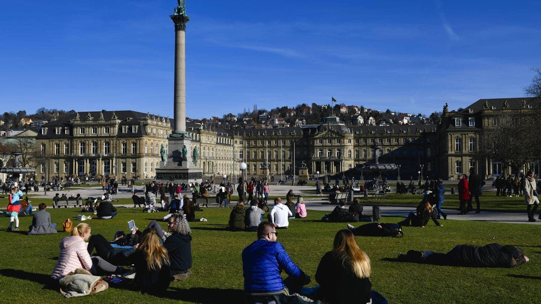Leute chillen auf dem Stuttgarter Schlossplatz auf der Wiese (Foto: Imago, imago images / Michael Weber)