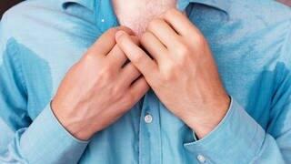 Mann mit Schweißflecken am Hemd (Foto: Victor Koldunov - stock.adobe.com)