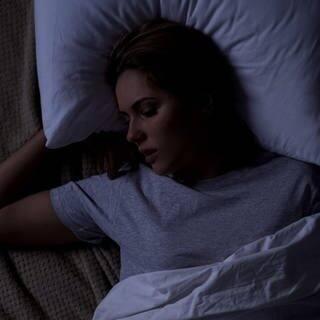 Schlecht schlafen - Albträume in der Nacht (Foto: Adobe Stock/motortion)