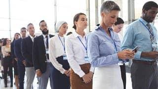 Business-Leute warten in einer Schlange am Arbeitsplatz an dem Diversity also Vielfalt bereits gelebt wird. (Foto: Imago, Panthermedia)