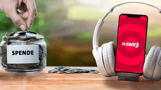 Spendentopf mit Kleingeld und ein Smartphone mit SWR3 auf den Kopfhörer (Foto: AdobeStock/BillionPhotos.com;  AdobeStock/Chepko Danil; AdobeStock/guy2men)