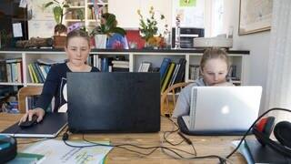 Kinder lernen zu Hause am Notebook (Foto: picture-alliance / Reportdienste, Picture Alliance)