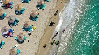 Corona-Sommer: Menschen liegen an einem Starnd in der Türkei (Foto: picture-alliance / Reportdienste, picture alliance / AA)
