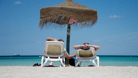 Urlaub am Strand im Sommer (Foto: dpa Bildfunk, picture alliance/dpa | Julian Stratenschulte)