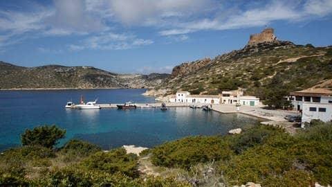 Blick auf einen kleinen Hafen auf der Baleareninsel Cabrera  (Foto: dpa Bildfunk, Isaac Buj)
