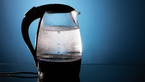 Wasserkocher mit Skala Mindestfüllmenge und maximale Füllmenge (Foto: AdobeStock nikkytok)