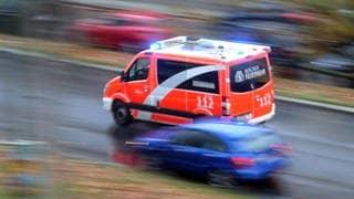 Rettungswagen mit Blaulicht im Einsatz (Foto: Imago, imago images / Frank Sorge)
