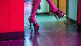Prostituierte wartet auf ihrem Zimmer in einem Bordell auf Kundschaft. (Archiv) (Foto: dpa Bildfunk, picture alliance/Andreas Arnold/dpa)
