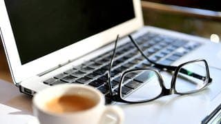 Brille auf Laptop und Kaffeetasse (Foto: picture-alliance / Reportdienste, Picture Alliance)