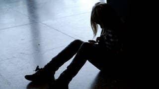Ein Mädchen sitzt auf dem Boden: 112 Kinder sind laut Polizeistatistik im Jahr 2019 getötet worden. (Foto: dpa Bildfunk, picture alliance/Britta Pedersen/dpa-Zentralbild/dpa)