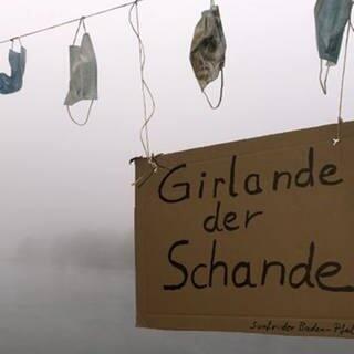 Protestaktion in Mannheim: Einwegmasken als Girlande am Rhein-Ufer (Foto: SWR)