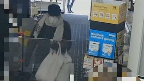 Ein von der Polizei herausgegebenes Video zeigt die Übergabe einer der Briefbomben in Ulm. (Foto: Screenshot: Polizei)