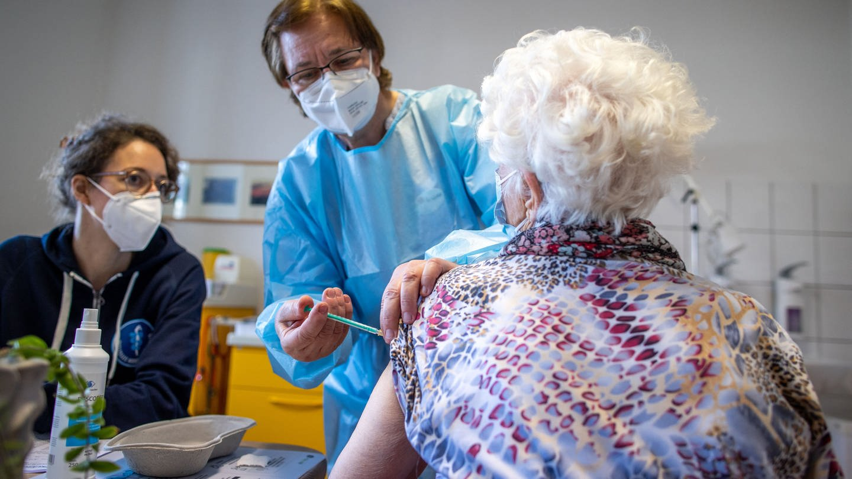 Impfung in einer Hausarztpraxis (Foto: dpa Bildfunk, picture alliance/dpa/dpa-Zentralbild | Jens Büttner)