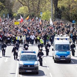 """Ein Demonstrationszug der Bewegenung """"Querdenken"""" zieht durch Stuttgart. Polizisten sichern das Geschehen ab. (Foto: Imago, IMAGO / Nicolaj Zownir)"""