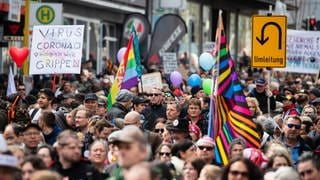 Zahlreiche Menschen nehmen an einer Demonstration der Initiative «Querdenken» teil und ziehen mit Ziel Cannstatter Wasen durch die Stuttgarter Innenstadt . Die Demonstration richtet sich gegen die Pandemie-Einschränkungen der Bundesregierung - Abstandsregeln und das tragen von Masken wurde größtenteils missachtet.  (Foto: dpa Bildfunk, Picture Alliance)