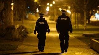 Polizisten patrouilllieren im Lockdown durch eine deutsche Stadt. (Foto: dpa Bildfunk, picture alliance/dpa/dpa-Zentralbild | Robert Michael)