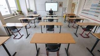 Ein Lehrer sitzt in einem leeren Klassenzimmer an seinem Tisch vor einem Laptop. (Foto: dpa Bildfunk, picture alliance/dpa/dpa-Zentralbild | Jan Woitas)