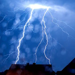 Blitze schlagen bei einem Gewitter ein (Foto: dpa Bildfunk, picture alliance/dpa   Thomas Rensinghoff)