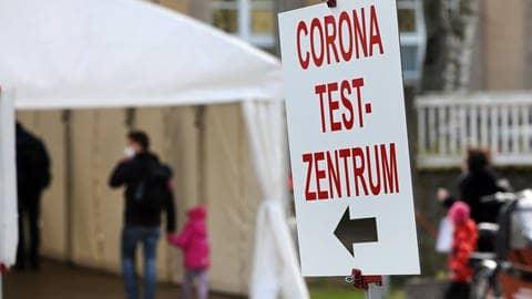 Der Eingang zu einem Corona-Testzentrum (Foto: dpa Bildfunk, picture alliance/dpa/dpa-Zentralbild   Bernd Wüstneck)