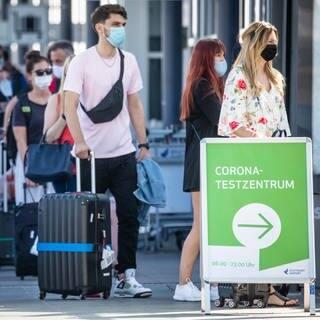 Reisende stehen vor dem Testzentrum am Flughafen Stuttgart (Foto: dpa Bildfunk, picture alliance/dpa | Christoph Schmidt)