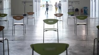 Leere Stühle stehen in einem Impfzentrum. (Foto: dpa Bildfunk, picture alliance/dpa | Sebastian Gollnow)