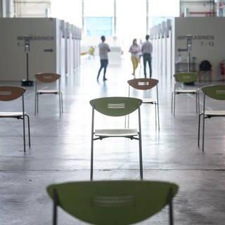 Leere Stühle stehen in einem Impfzentrum. (Foto: dpa Bildfunk, picture alliance/dpa   Sebastian Gollnow)