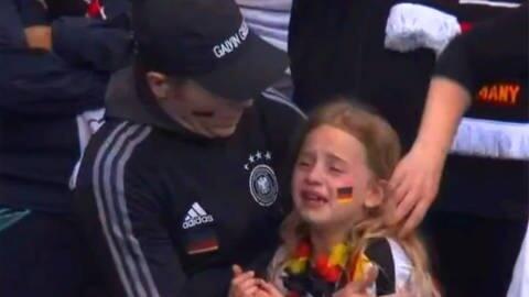 Das weinende Mädchen im Wembley-Stadion (Foto: SWR)