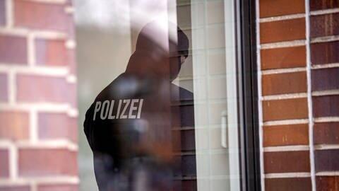 Symbolbild: Polizei durchsucht ein Gebäude (Foto: dpa Bildfunk, picture alliance/dpa | Sina Schuldt)
