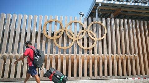 Die Olympischen Ringe am Olympischen Dorf in Tokio (Foto: dpa Bildfunk, picture alliance/dpa | Michael Kappeler)