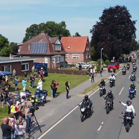 Motorradfahrer fahren am Haus des krebskranken Kilian vorbei. (Foto: dpa Bildfunk, picture alliance/dpa   Markus Hibbeler)
