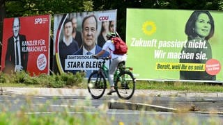 Wahlplakatezur Bundestagswahl: Laut Umfragen wird der Abstand der Parteien vor der Wahl wieder geringer. (Foto: dpa Bildfunk, picture alliance/dpa | Arne Dedert)