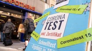 Ein Schild weist auf Corona-Tests hin (Foto: dpa Bildfunk, picture alliance/dpa   Peter Kneffel)
