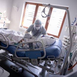 Ein Intensivpfleger arbeitet an einer Corona-Patientin (Foto: dpa Bildfunk, picture alliance/dpa | Kay Nietfeld)