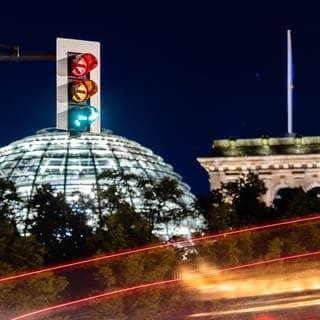 Eine Ampel vor dem Bundestag (Foto: dpa Bildfunk, picture alliance/dpa | Christoph Soeder)