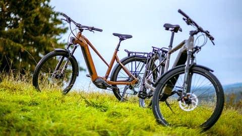 Mann und Frau fahren HoheAcht-E-Bikes (Foto: Pressefotos HoheAcht/Technibike)
