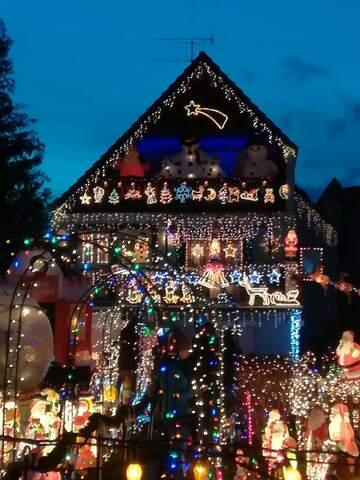 Was ein Weihnachts-Haus in Veitshöchheim in Franken! Da behängen das Ehepaar Angelika und Matthias Erdle jedes Jahr ihr Haus mit Lichterketten bis zum geht nicht mehr. Der ganze Garten steht mit Weihnachtsfiguren voll. Ein Gartentor aus Zuckerstangen. Die beiden fangen immer 2-3 Monate vorher an mit dem Schmücken.
