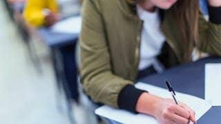 Jugendliche bei der Ausbildung (Symbolbild) (Foto: imago images, imago images / Science Photo Library)