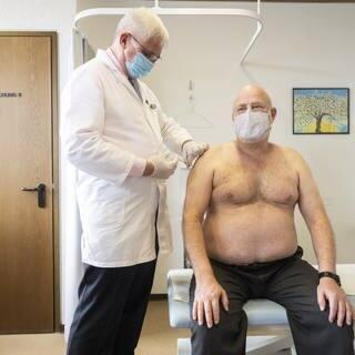 Ein Arzt in Zürich impft einen Patienten gegen Corona (Foto: dpa Bildfunk, picture alliance/dpa/KEYSTONE | Ennio Leanza)