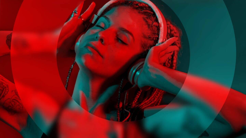 Junge Frau mit Rastas und Kopfhörern