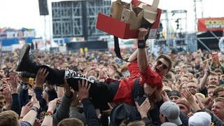 Eisverkäufer beim Stage Diving bei Rock am Ring (Foto: picture alliance/Thomas Frey/dpa)